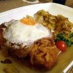Schnitzel mit Bratkartoffeln und Röstzwiebeln