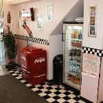 Un originale pozzetto della Coca-Cola ti accoglie all'ingresso ... naturalmente pieno di Coke!