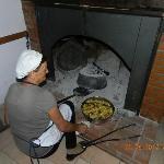 La signora Anna ci prepara le patate (con carne e salsiccia) sotto la coppa