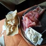 тосканский хамон с плавленным сыром и хлебушком