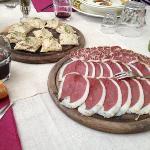 Antipasto: speck e salame d'oca con tartine di paté d'oca