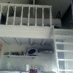 メインベッドの他に、ロフト式のベッドも上にあります。