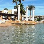 вид с моря на пляж Al Mashrabiya
