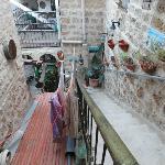 Entrada y escalera de acceso a las habitaciones