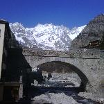 vista del ponte sul fiume dove sorge l'Hotel