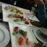 Dos tipos de sushi y sashimi (todo a medio comer, lo siento)