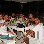 Con amigos en el bar de la playa