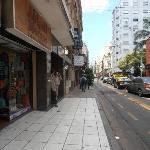 Visão da rua do hotel