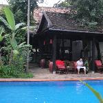 Vue sur la piscine et le salon