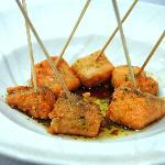 Dados de salmón con salsa de soja y perejil