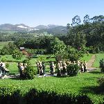 Banda infantil de gaiteros por los jardines de Llamabúa
