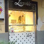 Leopoldo - vetrina vendita porzionato ( macarones, capresette etc)