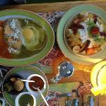Huevos separados y ensaldas de frutas y yoghurt