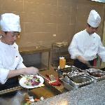 Die Köche am mongolischen Grill geben sich alle Mühe bei Haifisch und Wildschwein