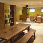 Salón multiusos con TV, equipo de sonido, Cocina, Barbacoa y baños adaptados para minusválidos