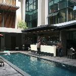 Bar y piscina del hotel