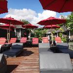 la terrasse avec la piscine et les cabines de massages