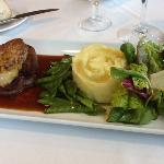filet de boeuf rossini, salade, puree de pomme de terre.
