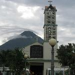The church and volcano in La Fortuna
