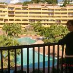 la habitación con vistas a las amplias piscinas y la cafetería