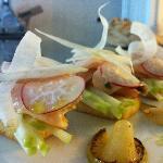 Salmone marinato su crostoni di pane e mela verde