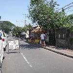 Улица Jalan Pantai Sindhu направление к пляжу.