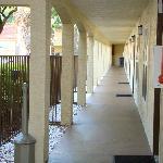 Pasillos desde los apartamentos a la pileta