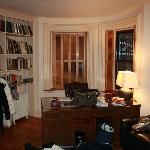 La scrivania e la libreria di fronte al letto king size