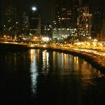 Vista nocturna desde la ventana de la habitación