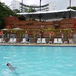 Der Pool - im Hintergrund eines der Restaurants