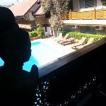 vue du 1er etage sur la piscine, un balcon tres sympathique