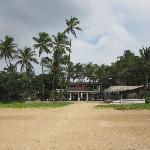 Ausblick vom Strand aufs Hotel