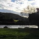 rivière à l'arrière de la maison