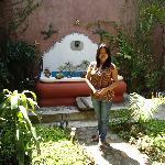 Mi esposa en la fuente del Hotel Euro Maya