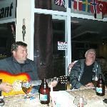 Skönsjungande och roande gäster. Ivar plockar gärna fram gitarren till gäster som kan...