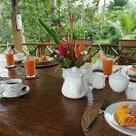 外で頂いた朝食のフルーツとジュース