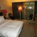 Zimmer mit Blick auf einen Rasenhang und den Parkplatz