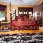 Penfield Suite. -room w/private parlor , FP & loveseat  1st floor. Good for guest w/mobility iss