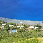 vue de la maison et des bateaux depuis le rocher au dessus du lodge