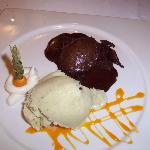Bizcocho de chocolate caliente con helado de menta