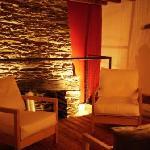 Le salon avec vidéoprojecteur, coin lecture, et sa cheminée