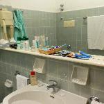 В ванной много мест для хранения