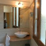 ванная с окном и свежим ремонтом