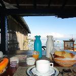 Desayuno a orillas del mar.