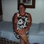 sentada em umas das camas do apartamento