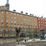 Здание, в котором расположен отель, вход в него - через арку