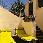 La terrasse en plein soleil ou a l'ombre d'un parasol