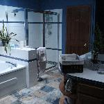 The spacious bathroom in Suite Mama Blue/the All Together Suite.