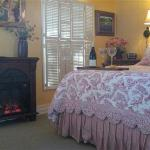 Carriage House sleeps 4, small kitchenette and private deck overlooking gardens. Reserved parkin