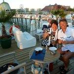 Sonnenuntergangs- Drink auf der Seebrücke mit großer Bar und Liegen... jeden Abend Pflicht!